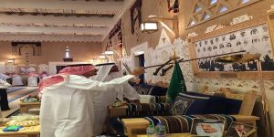 الملك سلمان يشرح لولي عهد أبو ظبي قصة صورة للملك عبدالعزيز في قصره بالدرعية
