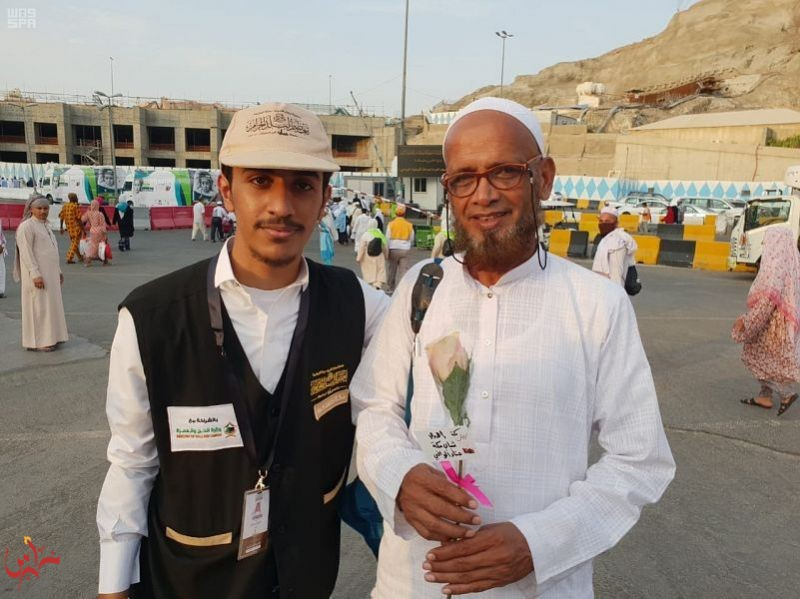 شباب مكة المكرمة يودعون ضيوف الرحمن بالورود والشوق والمحبة
