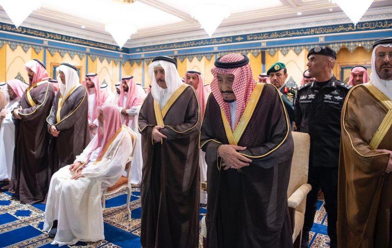 خادم الحرمين الشريفين يؤدي صلاة الميت على الأمير بندر بن عبدالعزيز آل سعود - رحمه الله