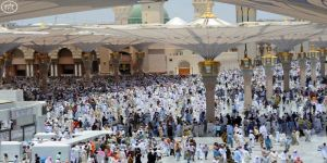 مئات الآلاف يحتشدون في المسجد النبوي لأداء صلاة الجمعة وسط أجواء إيمانية