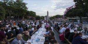 """آلاف الصائمين يجتمعون على موائد الإفطار في """"السلطان أحمد"""" بإسطنبول"""
