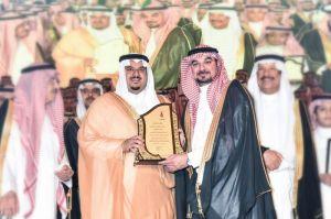 نائب أمير منطقة الرياض يكرم البنك السعودي الفرنسي  لرعايته حفل تخرج جامعة دار العلوم