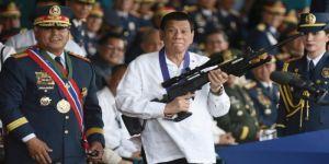 رئيس الفلبين يوبخ الشرطيين الفاسدين أمام الملأ