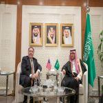 وزير الخارجية يستقبل نظيره الأمريكي