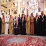 خادم الحرمين الشريفين يؤدي صلاة الميت على الأمير بندر بن محمد بن عبدالرحمن بن فيصل آل سعود