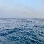 رياح نشطة أدت لارتفاع الموج واندفاع مياه البحر على كورنيش جدة
